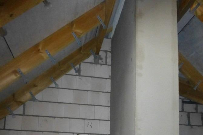 Camera trebuie pregătită înainte de pulverizare cu spumă poliuretanică. Ar trebui să fie instalat un cuier de caprior, care va fi necesar pentru instalarea ulterioară a plăcii de rigips.
